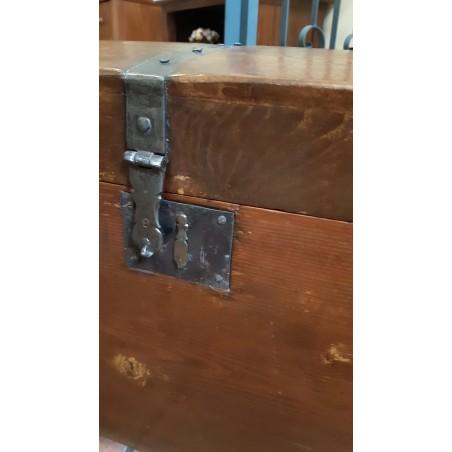 Baule da viaggio '800 in legno con rinforzi in metallo